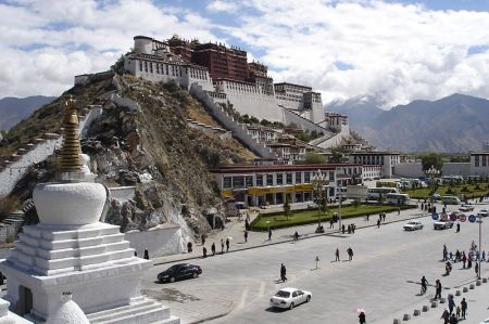 Potala Palace (photo credits to Wikimedia Commons)